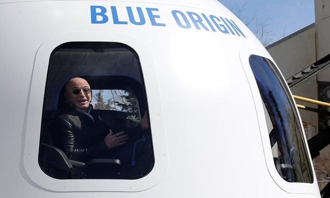 Tỷ phú Jeff Bezos trong khoang tàu New Shepard. Ảnh: Reuters.