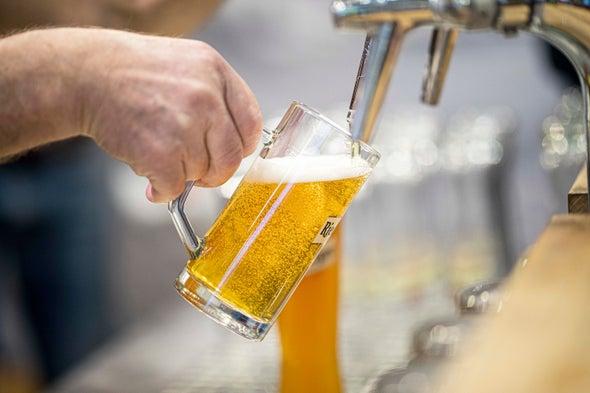 Ngay cả loại bia nhẹ nhất cũng có yêu cầu vận chuyển nặng - tạo ra lượng khí thải carbon khá lớn. Ảnh: Florian Gaertner Getty Images