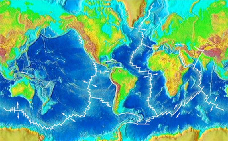 Hệ thống sườn núi giữa đại dương gần như liên tục, xuyên suốt bề mặt Trái đất giống như các đường nối trên quả bóng chày. Nó có thể nhìn thấy rõ ràng trên bản đồ địa hình toàn cầu trên và dưới mực nước biển. Hệ thống sườn núi tạo thành dãy núi dài nhất và lớn nhất trên Trái đất, uốn lượn giữa các lục địa.