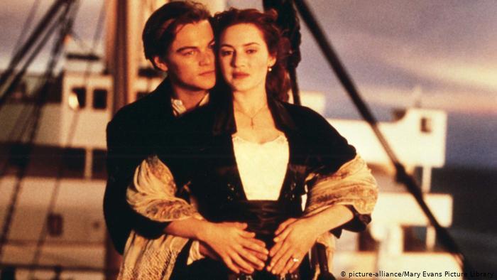 """Được cho là cảnh hôn lãng mạn nhất trong lịch sử điện ảnh hiện đại, nụ hôn diễn ra trên mũi tàu """"Titanic"""" giữa Kate Winslet và Leonardo DiCaprio. Nụ hôn hoàng hôn giữa hai nhân vật Jack và Rose diễn ra ngay trước khi con tàu đại dương chìm, đôi tình nhân đã ở bên nhau đêm đầu tiên và đêm cuối cùng."""
