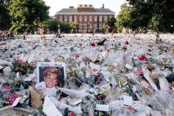 Một biển hoa nhiều màu tưởng nhớ Diana, Công nương xứ Wales, nằm bên ngoài cổng ngôi nhà ở London của cô. Những bông hoa bắt đầu đến ngay sau khi tin tức về cái chết của Diana, trong một vụ tai nạn xe hơi ở Paris, đến Anh.