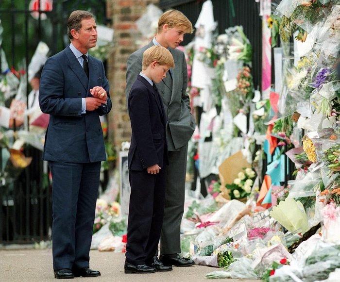 Hoàng tử xứ Wales, Hoàng tử William và Hoàng tử Harry nhìn hoa tưởng nhớ Diana, Công nương xứ Wales bên ngoài Cung điện Kensington vào ngày 5 tháng 9 năm 1997 tại London, Anh.