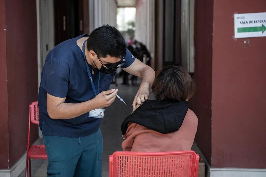 Một nhân viên y tế tiêm vắc xin CoronaVac ở Santiago, Chile. (Getty Images: MARTIN BERNETTI/Contributor)