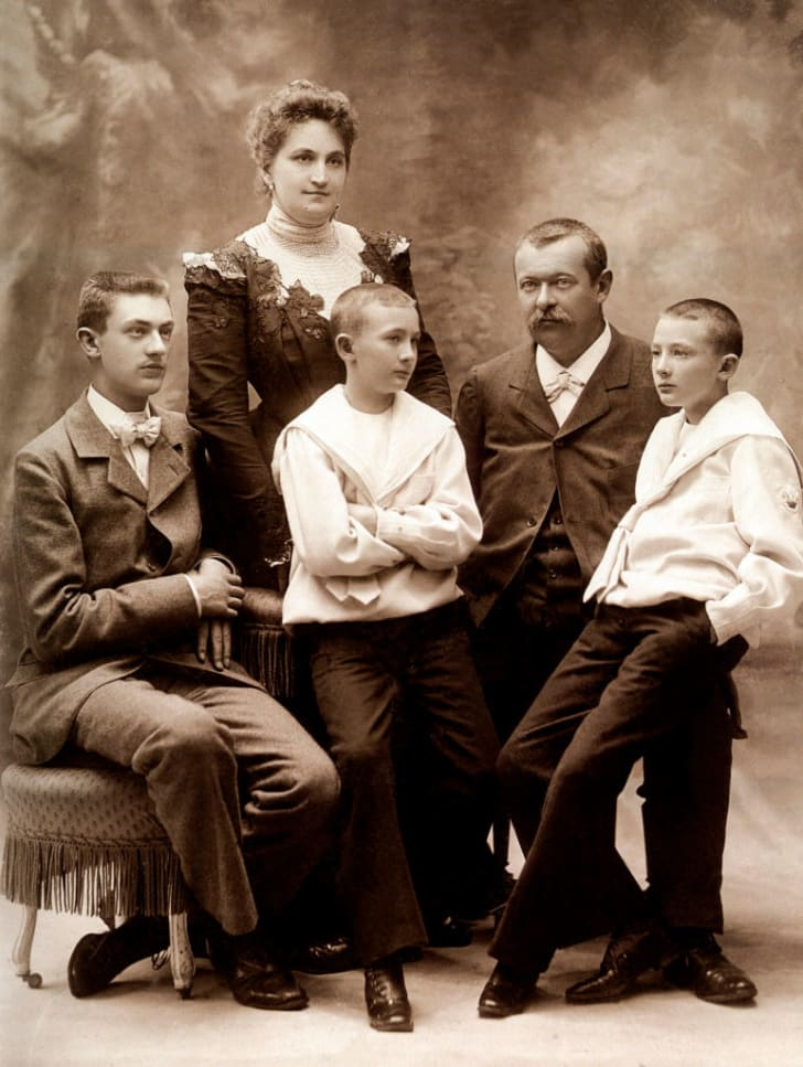 Georges Vuitton, con trai của Louis Vuitton, với vợ Josephine Patrelle và các con của họ là Gaston-Louis và cặp song sinh Pierre và Jean, vào khoảng năm 1900. APIC / HULTON ARCHIVE / GETTY IMAGES