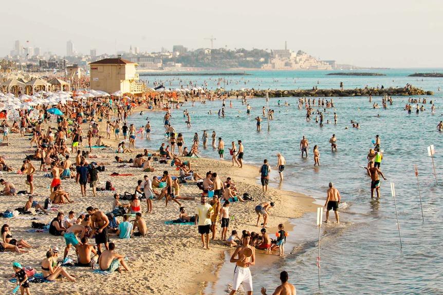 Mọi người đổ xô đến các bãi biển của Tel Aviv khi Israel gần như mở cửa trở lại hoàn toàn. (Reuters: Amir Cohen)