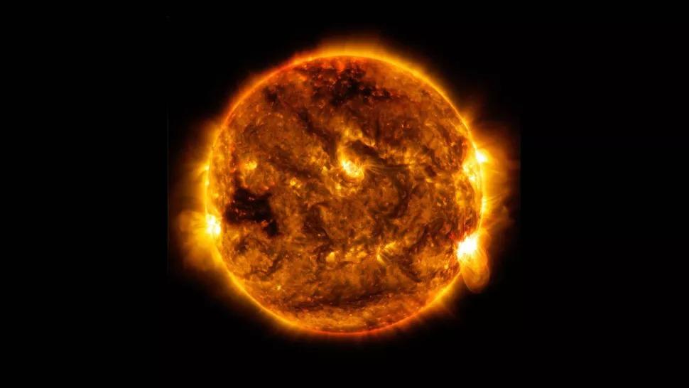 Đài quan sát Động lực học Mặt trời của NASA đã chụp được hình ảnh về một tia sáng mặt trời ở mức độ trung bình do mặt trời phát ra vào ngày 1 tháng 10 năm 2015. (Hình ảnh: NASA / SDO)
