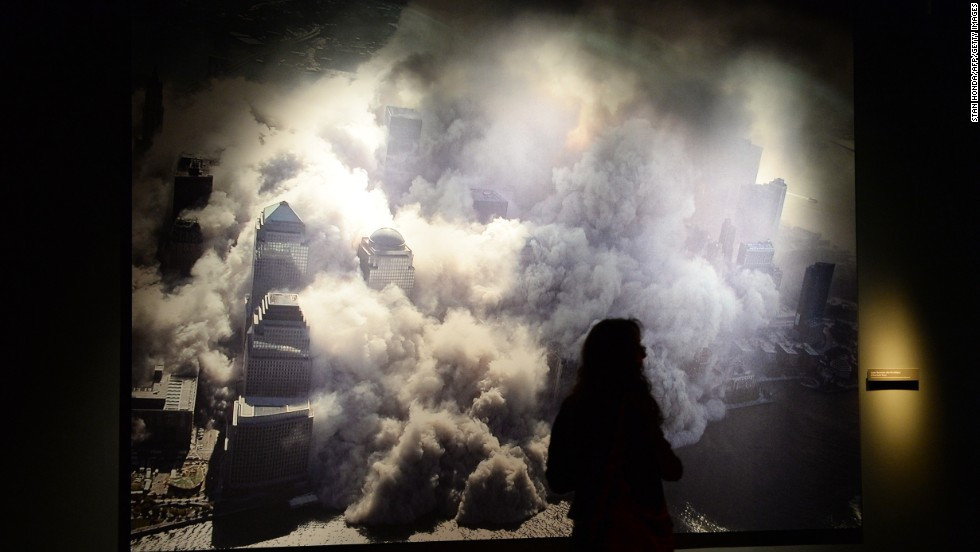 Một bức ảnh chụp tại đài tưởng niệm cho thấy một trong những tòa tháp của Trung tâm Thương mại Thế giới sụp đổ sau vụ tấn công. Ảnh CNN