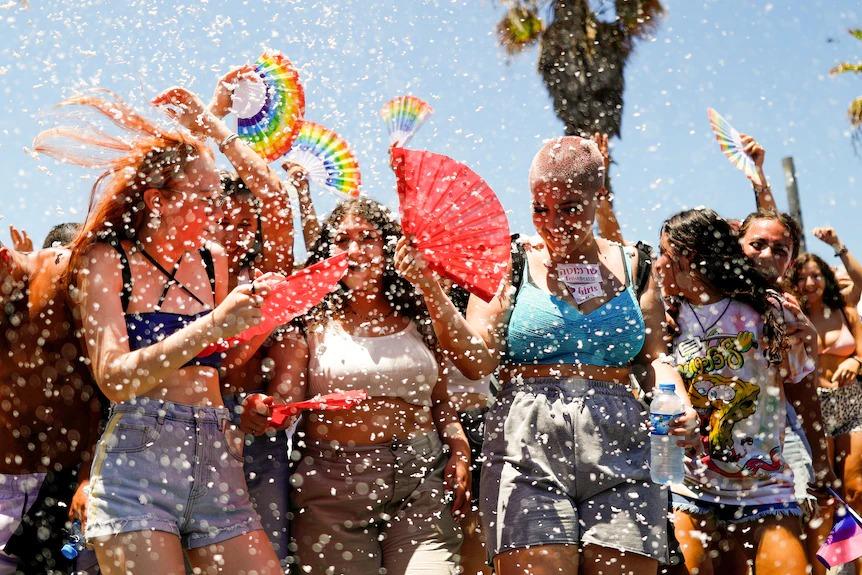 Mọi người tham gia cuộc diễu hành tự hào đồng tính thường niên ở Tel Aviv vào ngày 25 tháng 6. (Reuters)