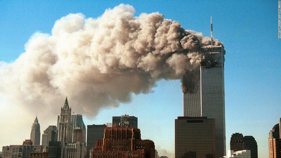 Khói bốc ra từ tòa tháp đôi của Trung tâm Thương mại Thế giới sau khi họ bị hai máy bay không tặc đâm trúng trong một cuộc tấn công khủng bố ngày 11 tháng 9 năm 2001, ở New York. (Ảnh Robert Giroux/Getty Images)