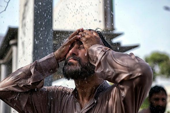 Người đàn ông đứng dưới vòi phun của một ống nước bị vỡ trong một đợt nắng nóng ở Karachi, Pakistan, vào ngày 29 tháng 6 năm 2015. Đợt nắng nóng lên tới 45 độ C (113 độ F). Ảnh: Asim Hafeez Getty Images