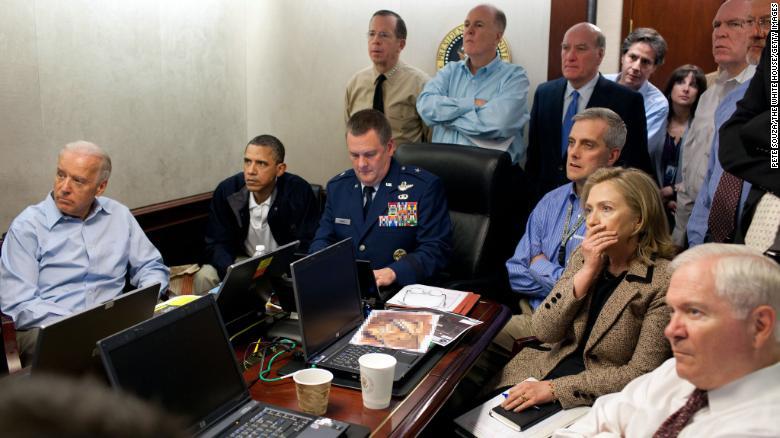 Phó Tổng thống Joe Biden, trái, Tổng thống Barack Obama, và Ngoại trưởng Hillary Clinton, thứ hai từ phải, theo dõi sứ mệnh bắt Osama bin Laden từ Phòng Tình huống ở Nhà Trắng vào ngày 1 tháng 5 năm 2011. (Ảnh Pete Souza/The White House via Getty Images) *** Local Caption *** Hillary Clinton;Joe Biden;