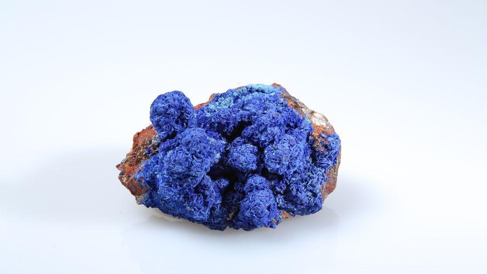 Azurite là một khoáng chất hydroxit đồng cacbonat được biết đến với màu xanh lam đậm. Ảnh: Serge Briez / capmediations / Getty Images
